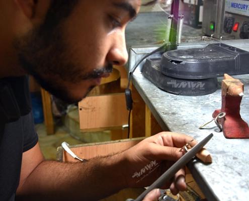 هنرجوی ساخت جواهرات در کارگاه جواهرسازی